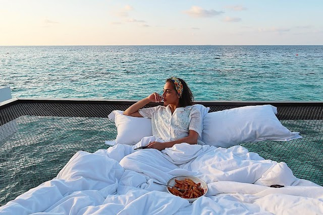 Spending 400 USD / night sleeping in the ocean, watching the sunrise in Maldives