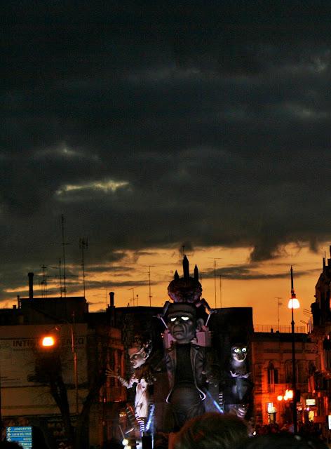 Carro carnevale, carnevale a Putignano, mostri, maschere, imbrunire