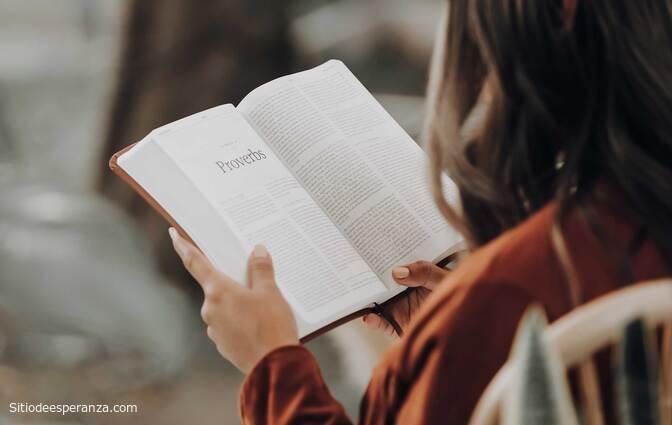 Mujer leyendo la Biblia como propósito para el Año Nuevo