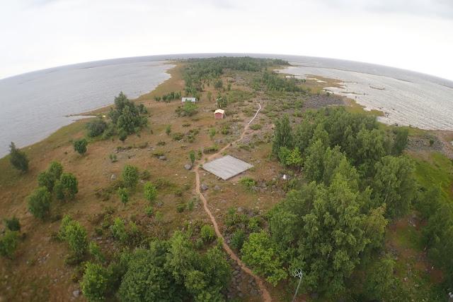 Saari ja pitkospuut tornista katsottuna