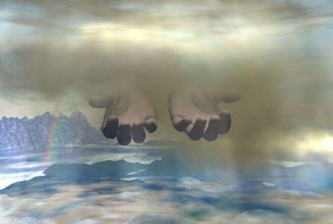 Manos de Dios entre las nubes