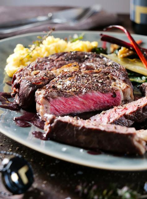 Entrecôte Steak mit Mangold und Polenta