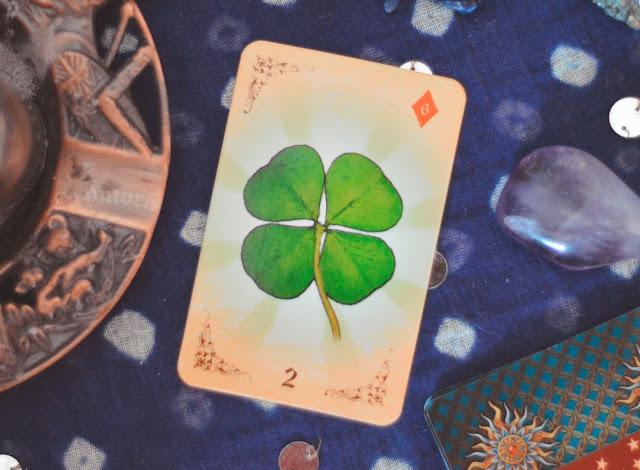 Saiba o significado da Carta 2 do Trevo (ou obstáculos) no Baralho Cigano / Lenormande combinações no amor, dinheiro e trabalho, obstáculo e conselho.