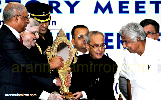 Pranab mukharjee with aranmula mirror