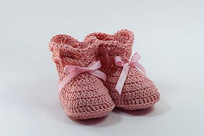 9 - Crochet IMAGEN de Peucos zapatitos o escarpines a conjunto con la chambrita rosa a crochet y ganchillo. MAJOVEL CROCHET