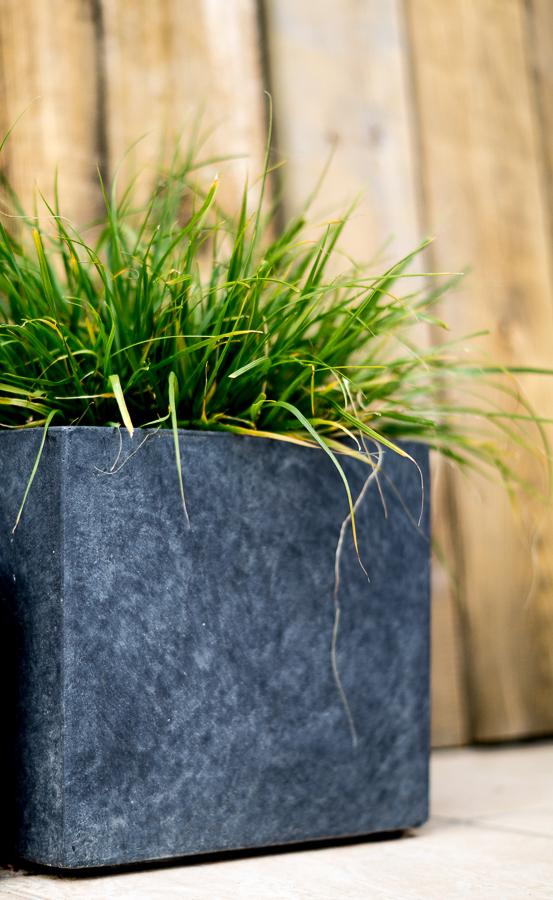 Blog + Fotografie by it's me! | fim.works | Typisch für meinen Garten | Gras im grauen Übertopf