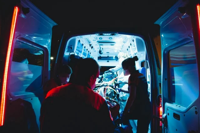 aprende ingles medicina ambulancia paciente critico transportar hospital urgente noche