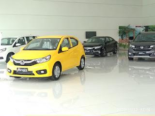Honda Brio Warna yellow , Civic Rs Warna Black di ruang pamer mobil Honda, kamu bisa cek lihat dan yesy drive ye ye ye