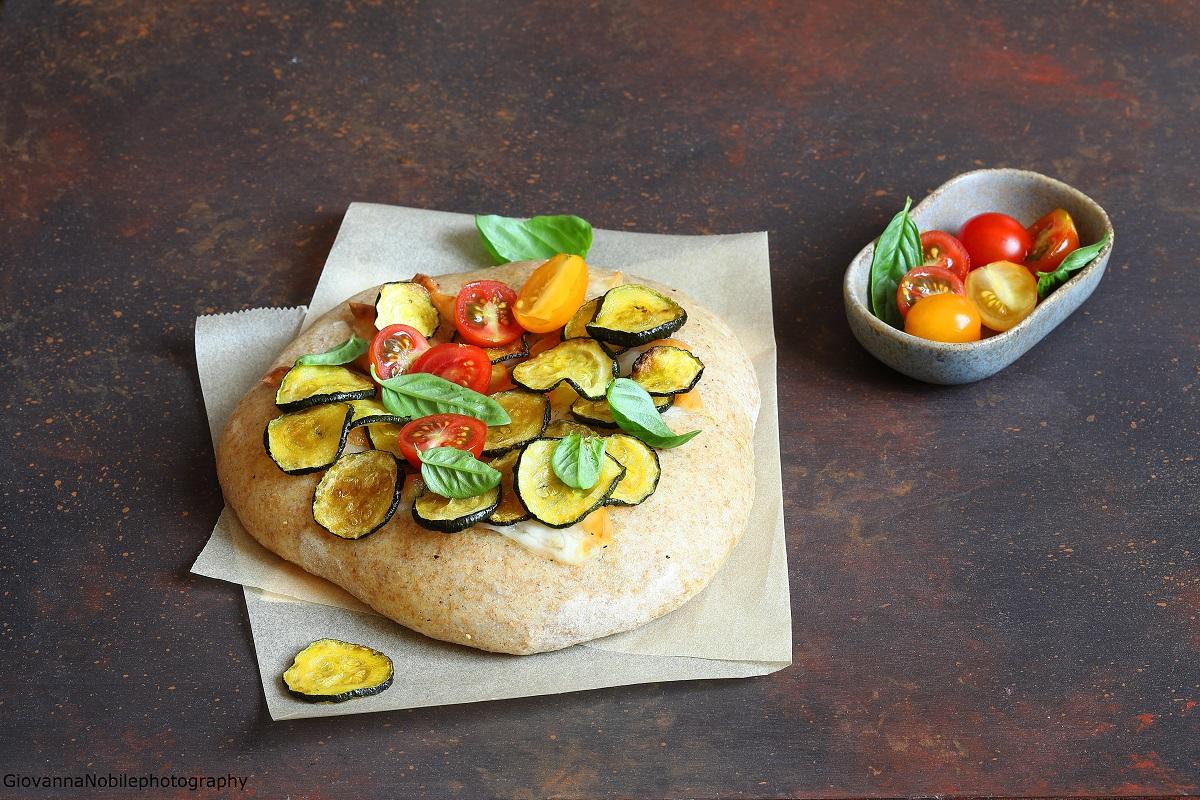 Pizza con scamorza, zucchine e pomodorini