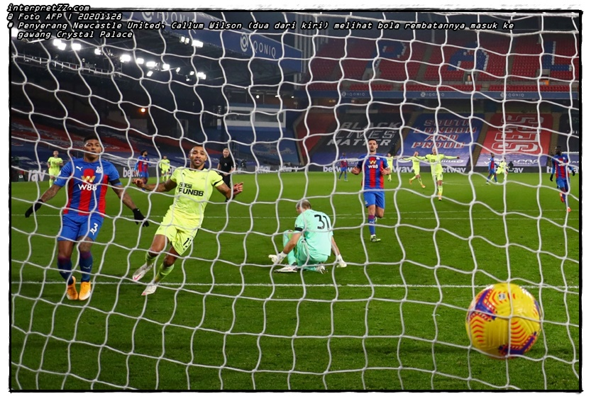 Gambar Penyerang Newcastle United, Callum Wilson (dua dari kiri) melihat bola rembatannya masuk ke gawang Crystal Palace pada perlawanan awal pagi tadi. - Foto AFP