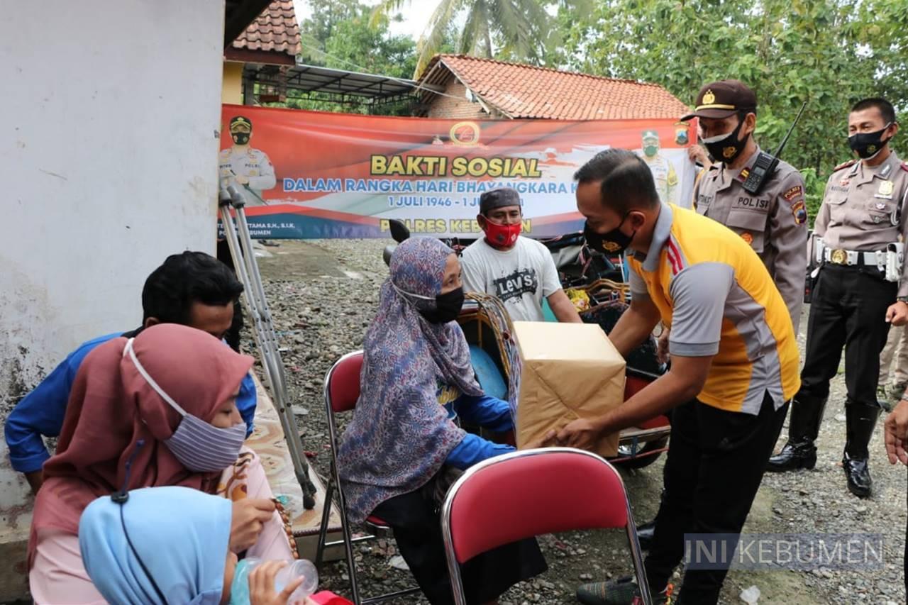 Kapolres Kebumen Bagikan Sembako di Posko Sahabat Disabilitas