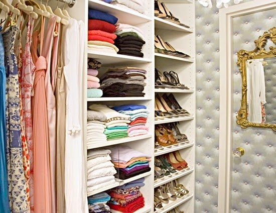 mengatur tumpukan baju pada lemari pakaian