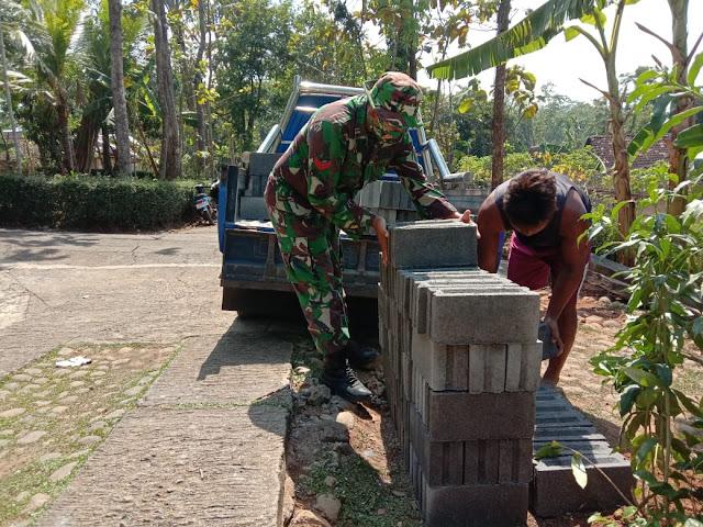 Angkat Bongkahan Batu Sebagai Pembinaan Fisik