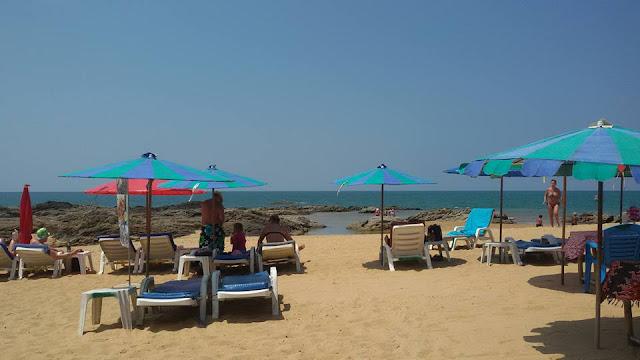 แม้จะมีนักท่องเที่ยวเยอะแต่ก็ไม่อึดอัดเนื่องจาก หาดบางเนียงมีหาดทรายที่กว้างยาว จึงทำให้นักท่องเที่ยวกระจายอยู่ตามจุดต่างๆ