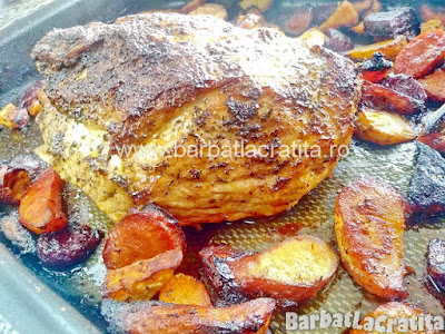 pulpa de porc intreaga proaspat scoasa de la cuptor alaturi de legumele din tava