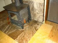 大理石の炉台と薪ストーブ