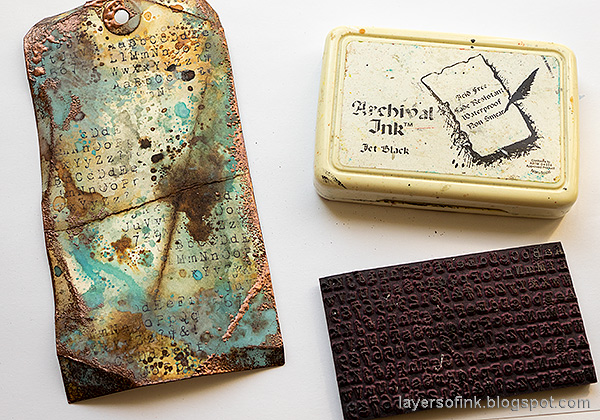 Layers of ink - Grungy Tag Tutorial by Anna-Karin Evaldsson. Stamp with alphabet stamp from School Desk.