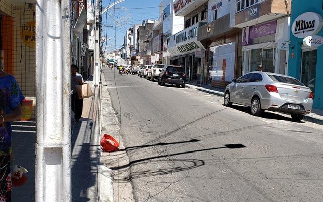 Jacobina: Caminhão quebra fios da rede elétrica na Rua Manoel Novaes