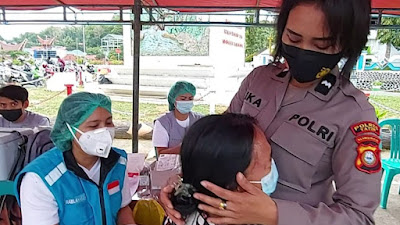 Cegah Trauma Disuntik, ini Yang dilakukan Polwan Polres Tana Toraja