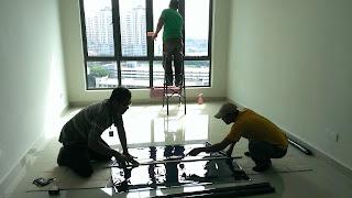 Warih Homestay : Kontraktor Sedang Memotong Filem Tinted Dengan Berhati-Hati