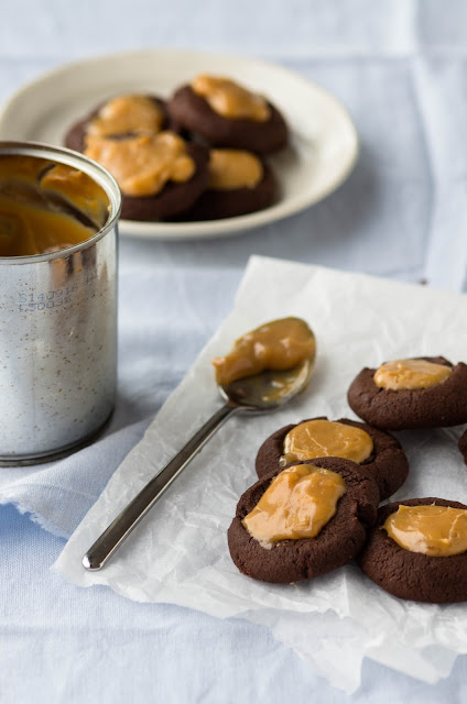 shokoladnoe pechenje s karamelju