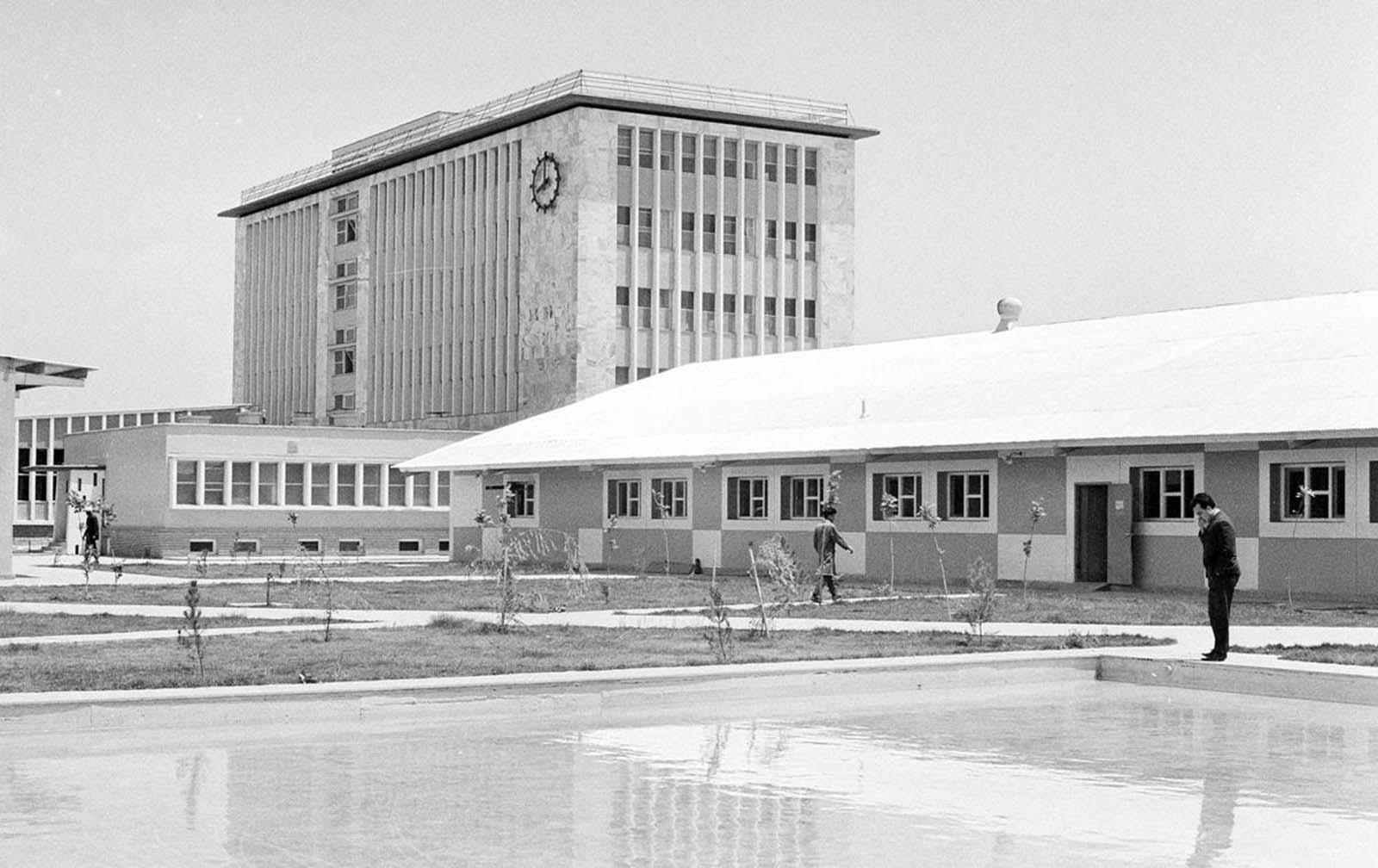 La nueva y moderna planta de impresión del gobierno (terminada en 1966) en Kabul, el 9 de junio de 1966, que alberga los tiempos de Kabul. La mayor parte de su maquinaria fue suministrada por Alemania Occidental.