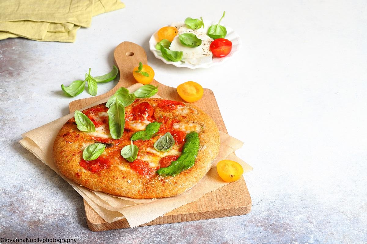 Pizza con filetto di pomodoro fresco e pesto
