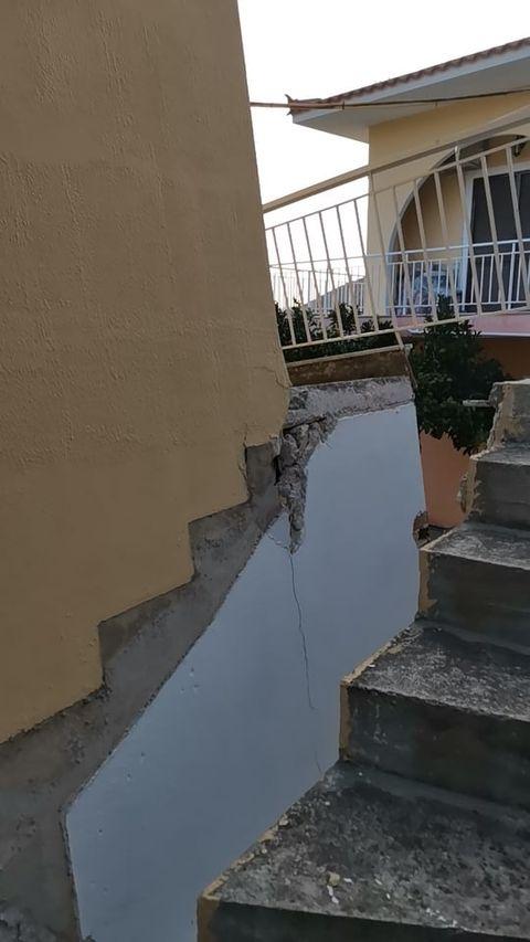 Στην φωτογραφία βλέπετε πως καταστράφηκαν οι σκάλες έξω από το σπίτι
