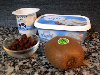 Ingredientes para la crema de yogur y queso con kiwi.