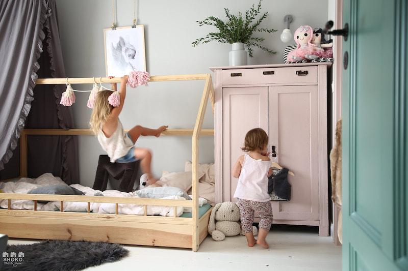 Dormitorio infantil con cama tipo Montessori