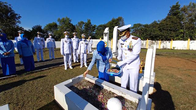 Jelang Dirgahayu TNI AL ke 76, Lanal Ranai Melaksanakan Ziarah ke Taman Makam Pahlawan dan Bakti Sosial