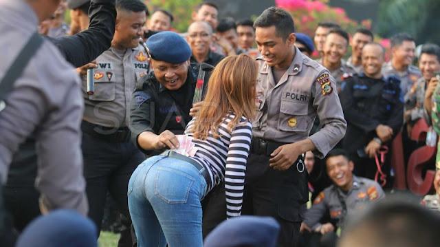 Sepi Demo, Aparat Asyik Nyawer Biduan di DPR