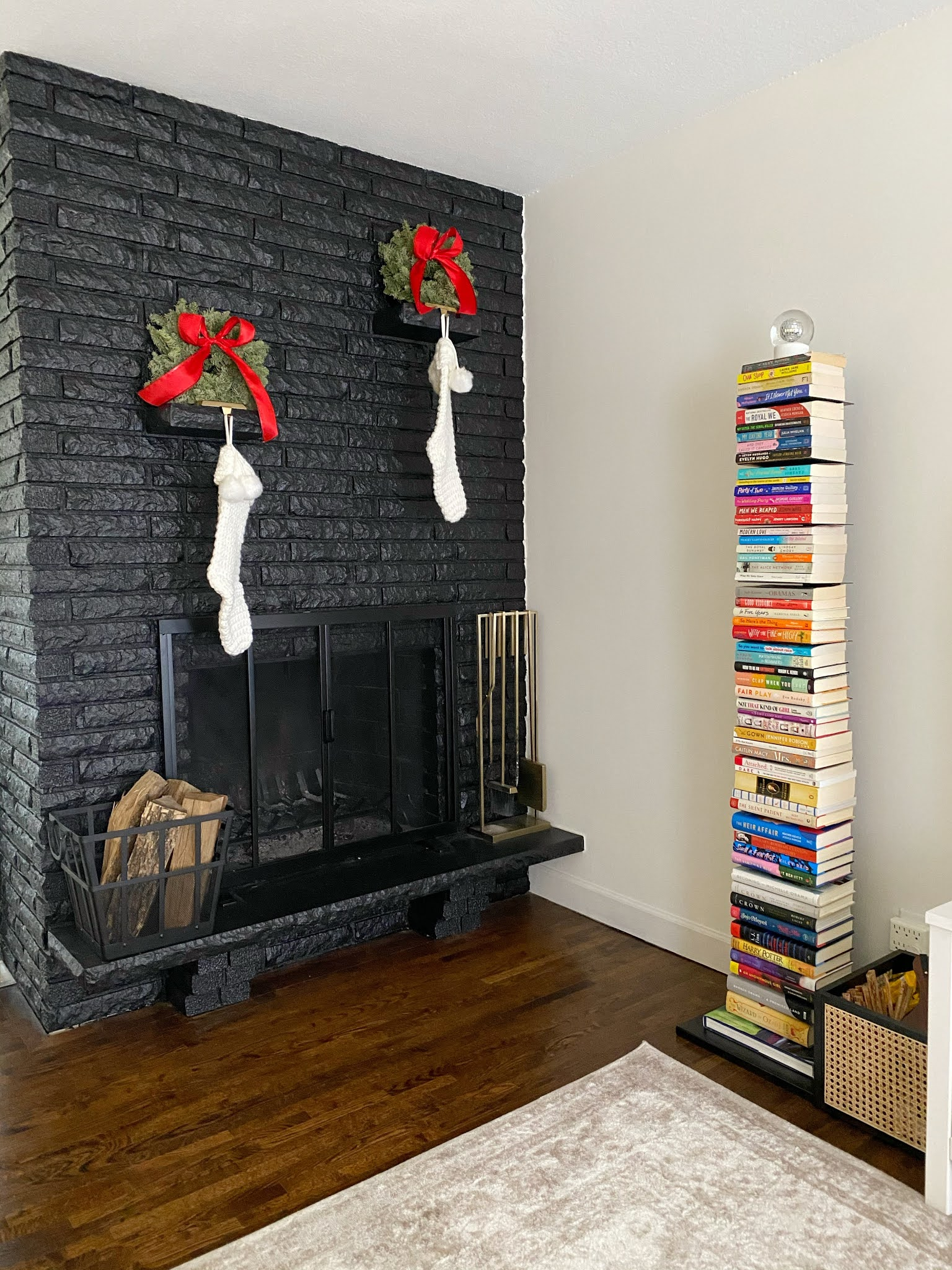 christmas_fireplace_bookshelf