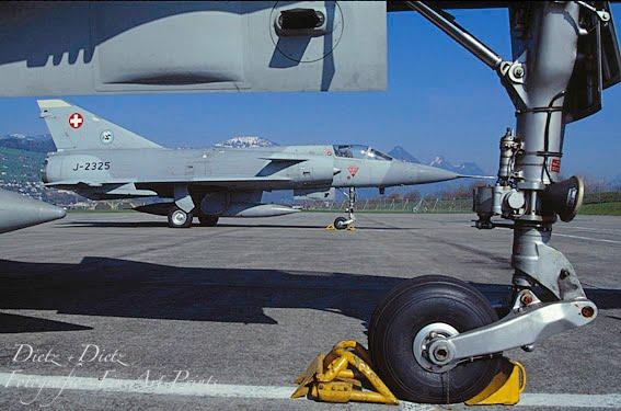 J-2325 und J-2304 im März 2000