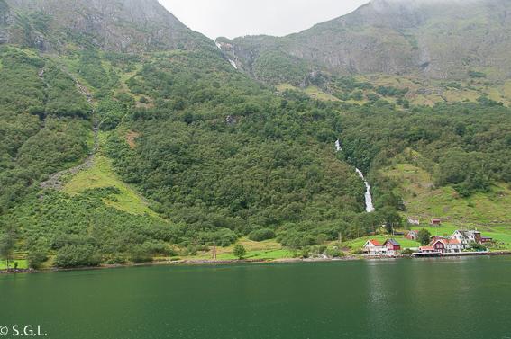 Navegando por el fiordo Naeroyfjord. El tren de Flam y la excursion Norway in a nutshell