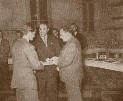 Borislav Milic, capitán de Yugoslavia, recibiendo un premio de Berman y Sãjtar