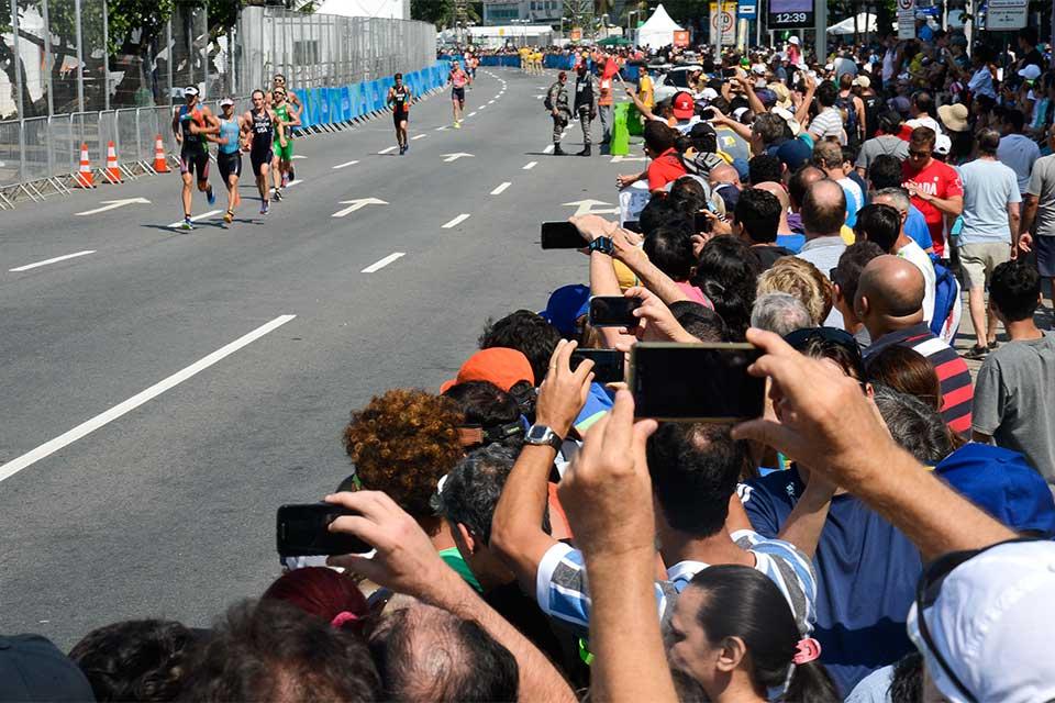 Público prestigiou prova masculina de triatlo nas ruas de Copacabana. Foto: Tânia Rêgo/Agência Brasil