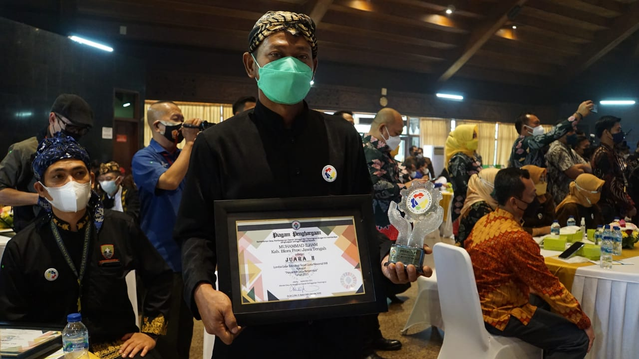 """Pos Pelayanan Teknologi Tepat Guna """"Wadah Karya Lestari"""" Desa Nglobo Kecamatan Jiken Kabupaten Blora memperoleh juara kedua tingkat nasional."""