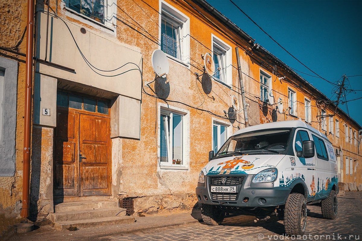 На средневековых улицах Фридланда ГАЗ Соболь 4х4 самый западный