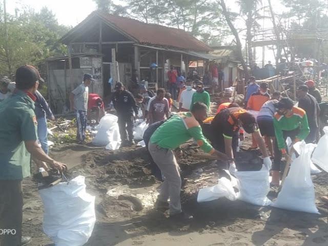 Rob Terjang Pantai Kamulyan, Babinsa dan Warga Kerja Bakti Perbaiki Tanggul Jebol