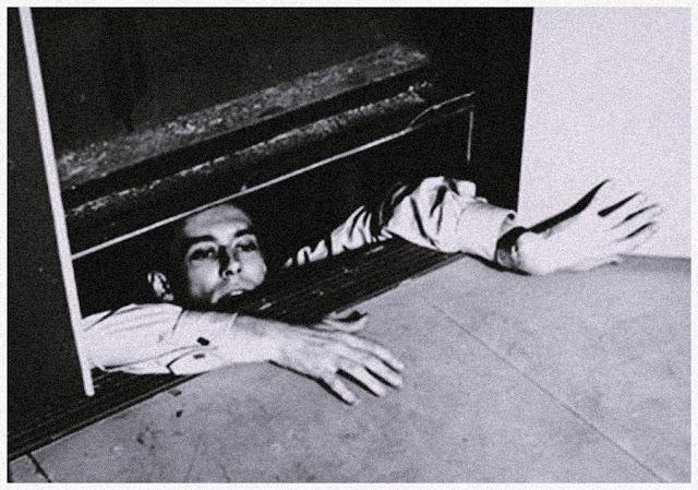Homem preso em elevador