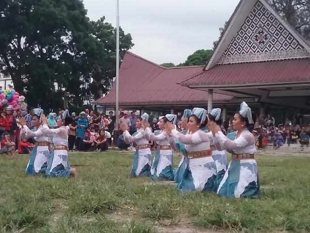 Tarian Simalungun dari Universitas Simalungun pada HUT Kota Pematangsiantar ke 145 tahun di lapangan H. Adam Malik