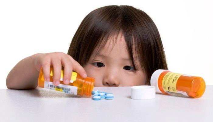 Anak bermain dengan obat (racun)