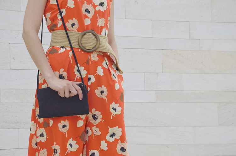 flowers_jumpsuit_belt_trends_gallery_look_spring_outfit_mono_naranja