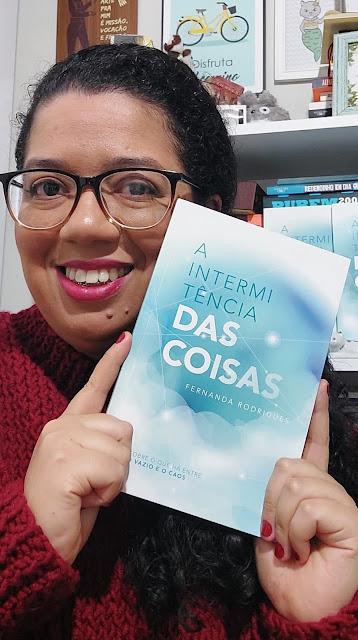 Fernanda Rodrigues segurando um exemplar de seu livro A Intermitência das Coisas, lançado em 2019.