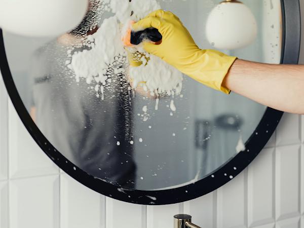 4 truques para limpar os vidros de casa