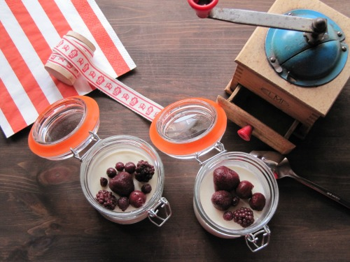 Presentación panna cotta con frutos rojos en tarros