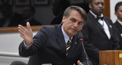 """No domingo (21), o candidato à Presidência do PSL, Jair Bolsonaro, declarou aos apoiadores que fará """"ampla faxina"""" no Brasil, ameaçou banir """"marginais vermelhos"""" e afirmou que seu adversário, Fernando Haddad (PT) apodrecerá na cadeia."""