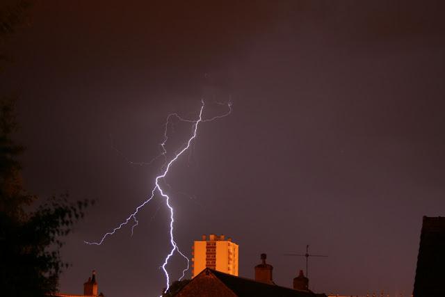 Impact de foudre lors d'un orage au sud de Blois (juin 2012)