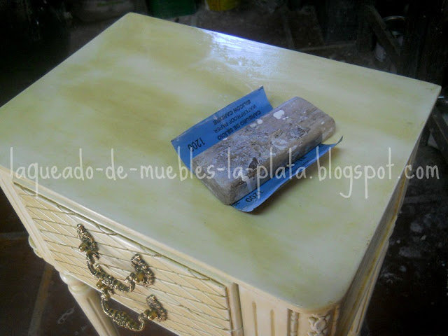 Pulir mueble con lija al agua